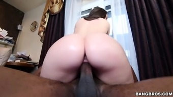 Lola Foxx Is Going For Colossal Penis